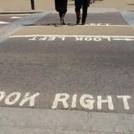 """Londres, aviso """"Look Right""""."""